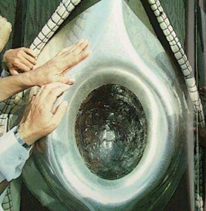muçulmanos acariciam a pedra Kaaba