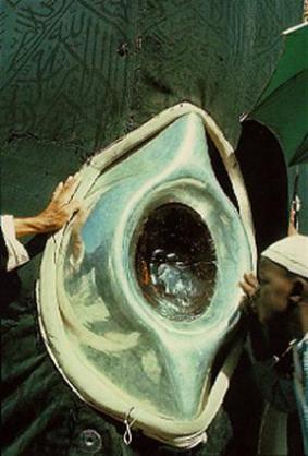 muçulmanos beijam e acariciam a Pedra Negra Kaaba