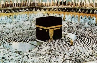 muçulmanos prostrados diante da Kaaba